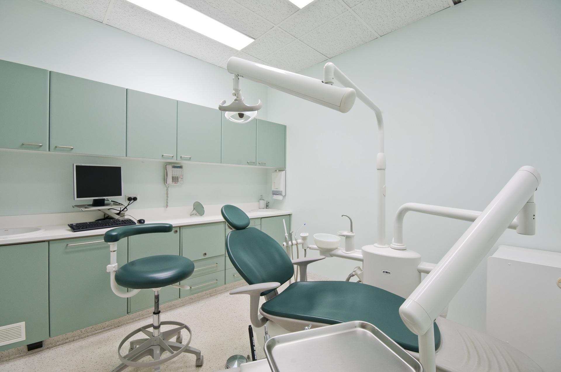 Fotel w nowoczesnym gabinecie dentystycznym
